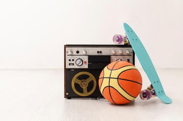 Cassette avec ballon de basket et skateboard