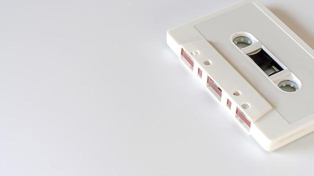 Cassette blanche sur fond blanc