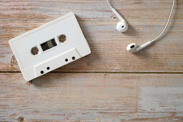 Cassette avec casque sur un plancher en boistechnologies de développement musical à plat