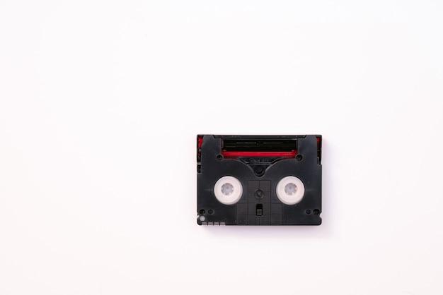 Cassette mini dv vintage utilisée pour enregistrer une vidéo en une journée. bande de film en plastique, magnétique, analogique sur fond blanc