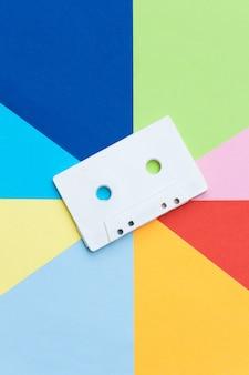 Cassette de ruban rétro blanc sur une surface multicolore, concept créatif.