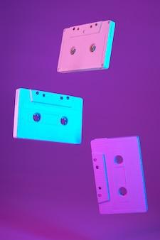 Cassette style vintage suspendu dans l'air sur fond violet