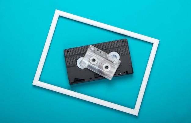 Cassette vidéo et audio sur surface bleue avec cadre blanc