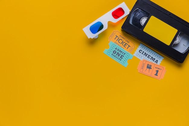 Cassette vidéo avec billets de cinéma et lunettes 3d