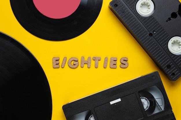 Cassette vidéo et disques vinyle isolés sur jaune