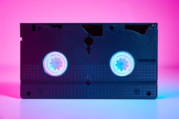 Cassette vidéo sur fond de couleur