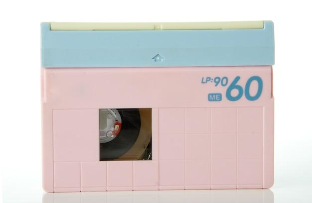 Cassette vidéo isolé sur fond blanc