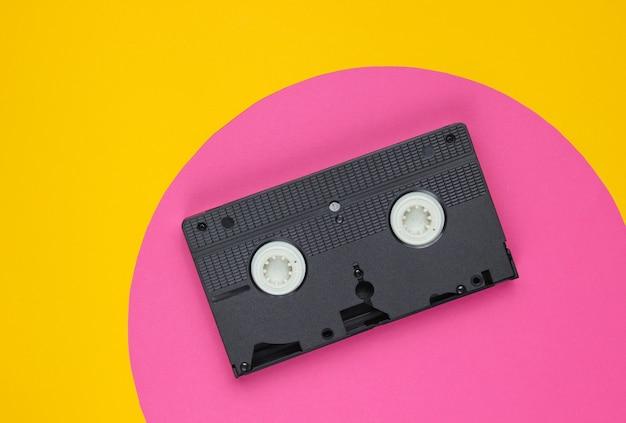 Cassette vidéo sur jaune avec cercle rose