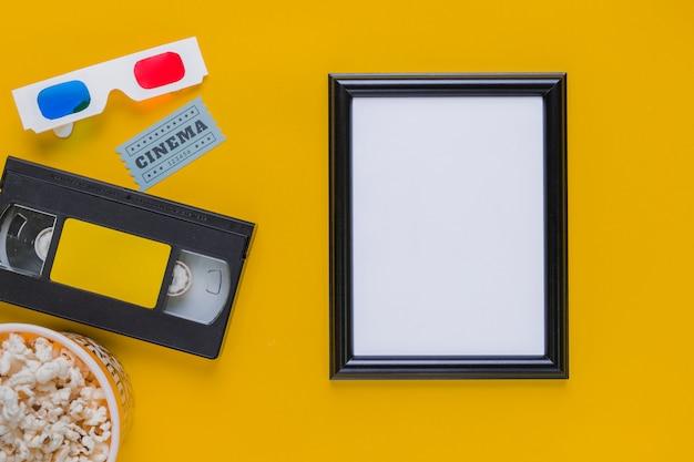 Cassette vidéo avec des lunettes 3d et un cadre