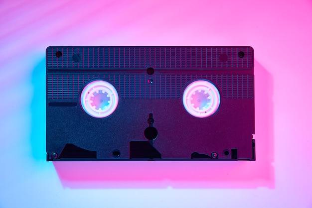 Cassette vidéo sur mur couleur. cassette rétro vhs, gros plan