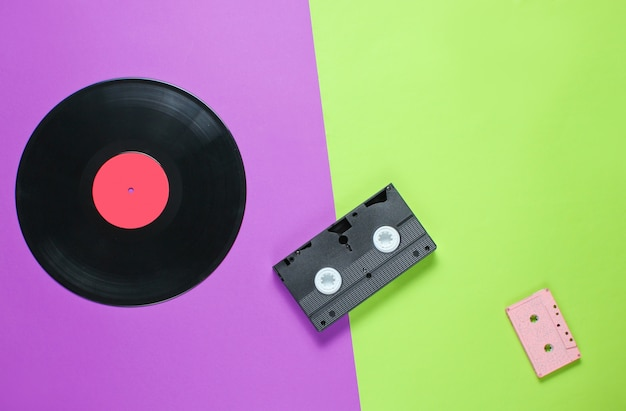 Cassette vidéo obsolète, cassette audio rétro, disque vinyle