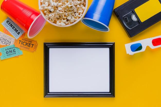 Cassette vidéo avec pop-corn et cadre