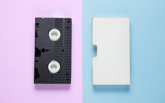 Cassette vidéo rétro avec couvercle sur papier couleur