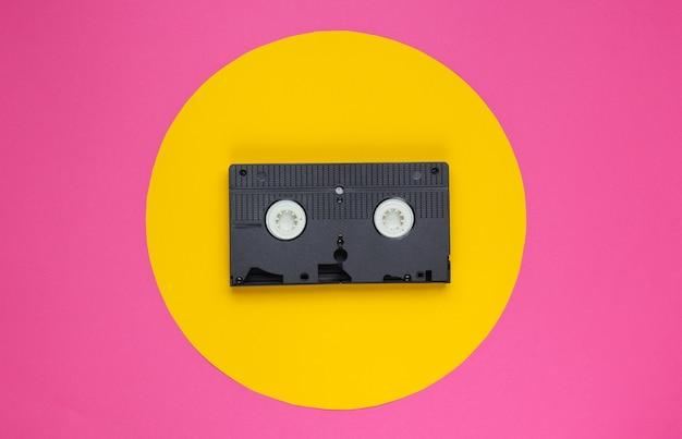 Cassette vidéo sur rose avec cercle jaune