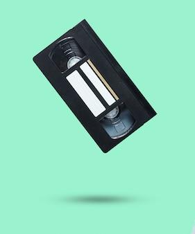 Cassette vidéo de style rétro sur bleu pastel.