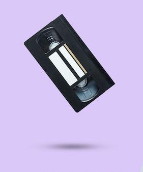 Cassette vidéo de style rétro sur violet.