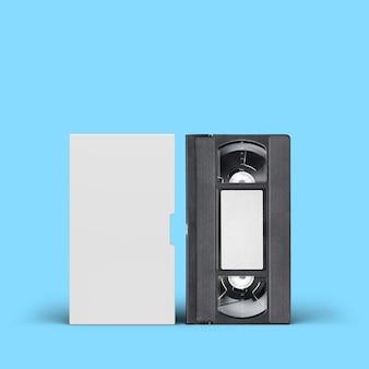 Cassette vidéo vhs avec couvercle vierge et étiquette sur fond bleu.