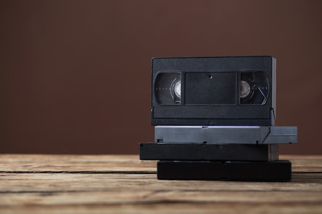 Cassette vidéo sur une vieille table en bois