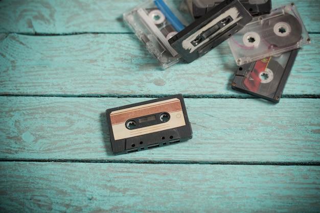 Cassettes audio sur bois bleu