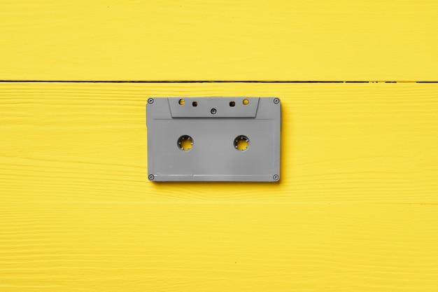 Cassettes audio grises sur vue de dessus jaune