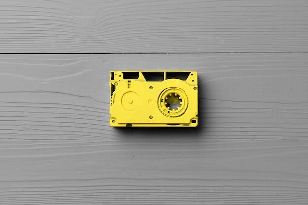 Cassettes audio jaunes sur gris