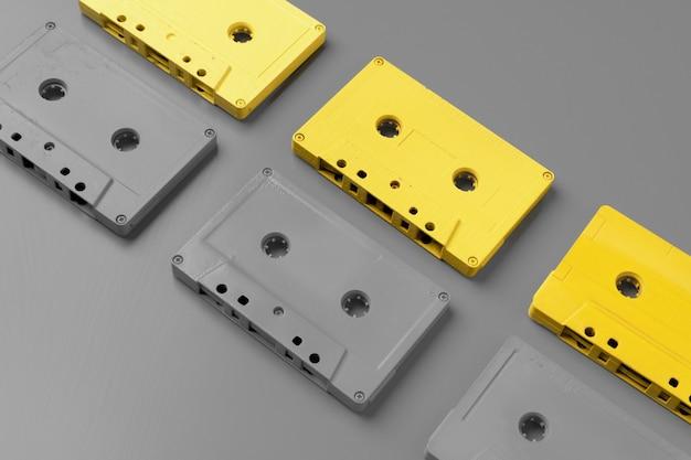 Cassettes audio jaunes et grises sur vue de dessus gris, espace copie