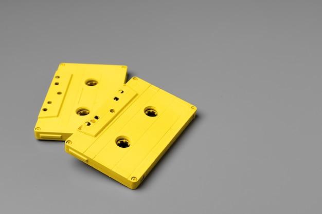 Cassettes audio jaunes sur vue de dessus gris