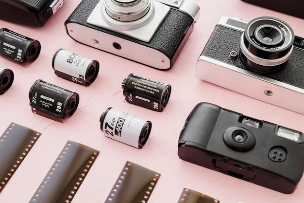 Cassettes de film parmi les caméras et les cassettes