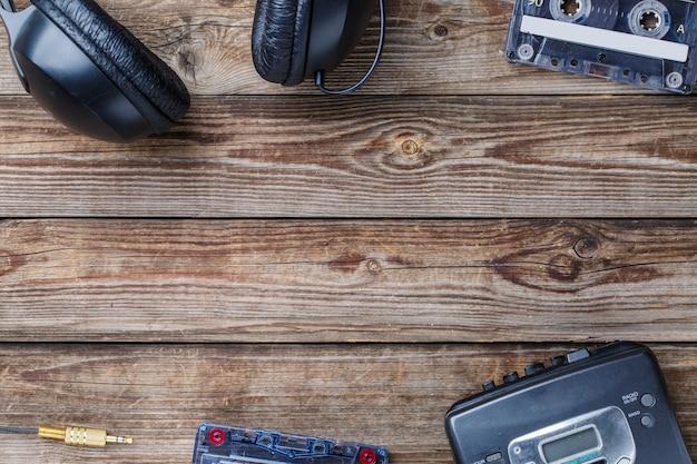 Cassettes, lecteur de cassettes et écouteurs sur une table en bois. vue de dessus. concept rétro avec un espace vide pour le texte, le logo, etc.