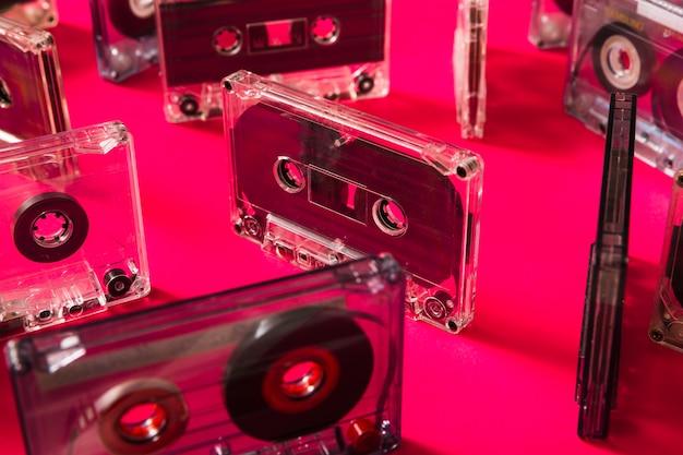 Cassettes transparentes sur fond rose