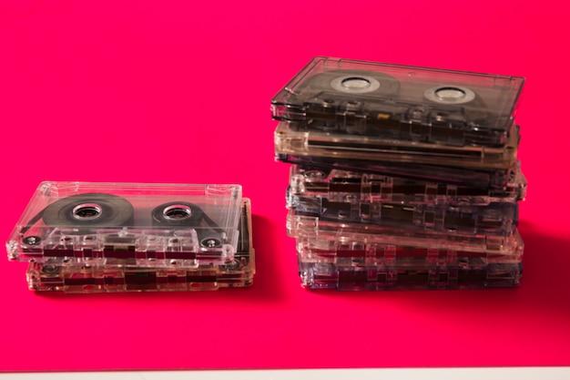 Cassettes transparentes sur fond rouge