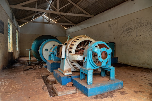 Cassilandia, mato grosso do sul, brésil - 09 03 2021 : salle des machines de la petite centrale hydroélectrique abandonnée à l'automne de la rivière apore dans la ville brésilienne cassilandia