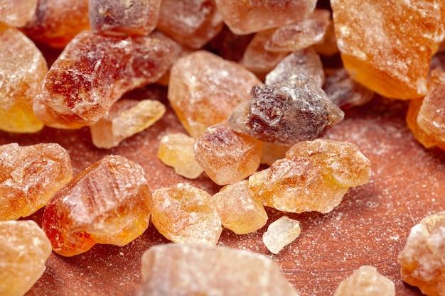 Cassonade roche organique cristallin bouchent sur sombre