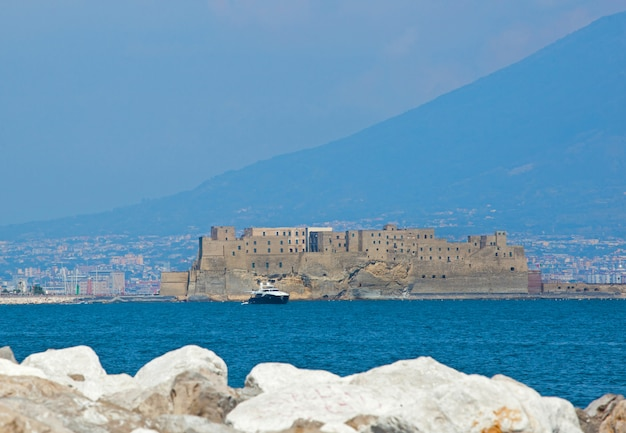 Castel dell'ovo de naples