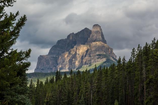 Castle mountain près de la bow river banff national park alberta la montagne ressemble à un château