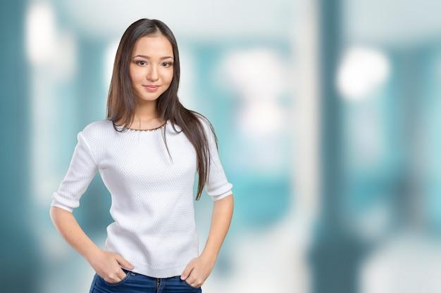 Casual femme métisse asiatique caucasienne souriante regardant heureux