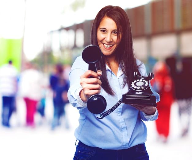 Casual femme tenant un téléphone cru