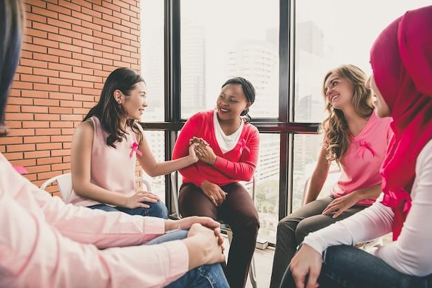 Casual femmes multiéthiniques assis en cercle dans la réunion