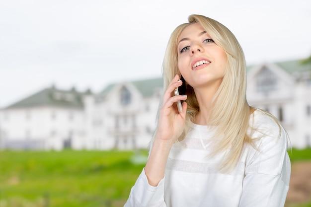 Casual jeune femme à l'aide de téléphone portable