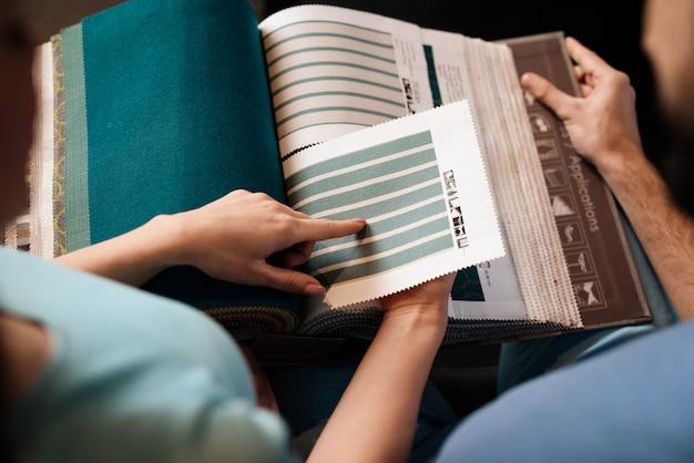 Catalogue avec des échantillons de tissus pour meubles rembourrés.