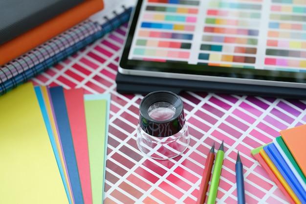 Catalogue de référence de la palette de couleurs des échantillons de peinture sur la palette de couleurs de table avec divers
