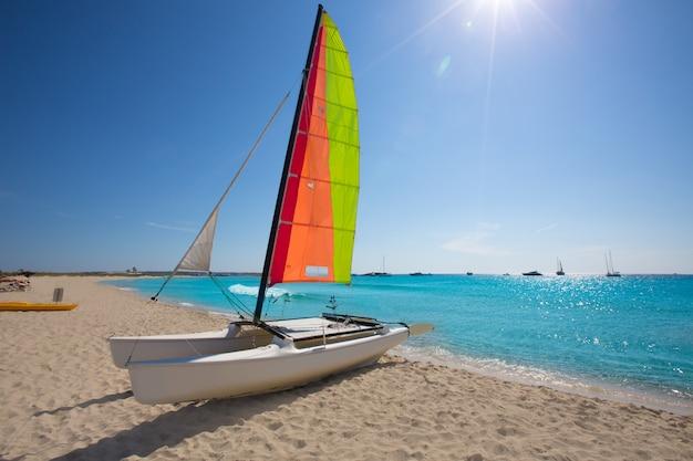 Catamaran à voile sur la plage des illetes de formentera