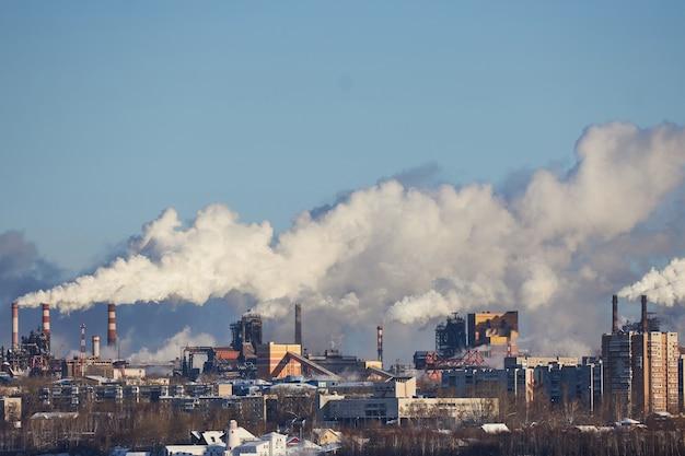 Catastrophe environnementale. mauvais environnement en ville. émissions nocives dans l'environnement. fumée et smog. pollution de l'atmosphère par l'usine. les gaz d'échappement
