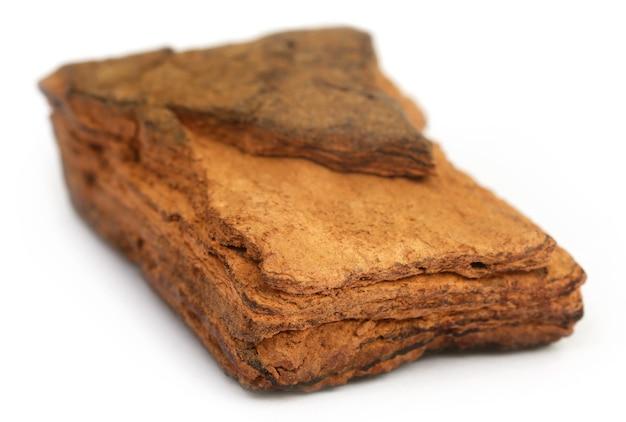 Le catéchu est un additif alimentaire extrait de l'acacia