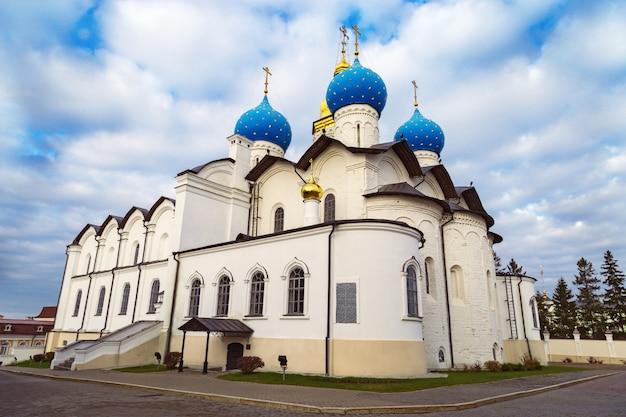 La cathédrale de l'annonciation est située sur le territoire du kremlin de kazan, en république du tatarstan, en russie. cathédrale médiévale, sites historiques et culturels