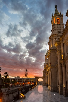 La cathédrale de arequipa, au pérou, au crépuscule
