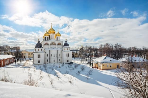 Cathédrale de l'assomption et neige blanche avec une ombre de la cathédrale