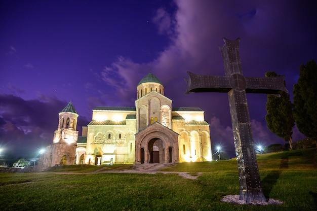 La cathédrale de bagrati a été construite au 11e siècle à kutasi, en géorgie.