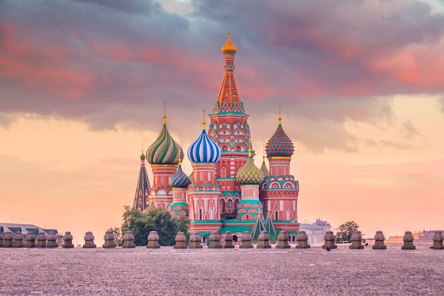 La cathédrale de basile sur la place rouge à moscou, russie au lever du soleil