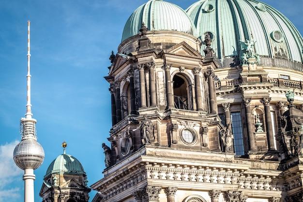 Cathédrale de berlin et tour de télévision de berlin en allemagne.
